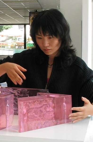Zhu Li Yue with her sculpture